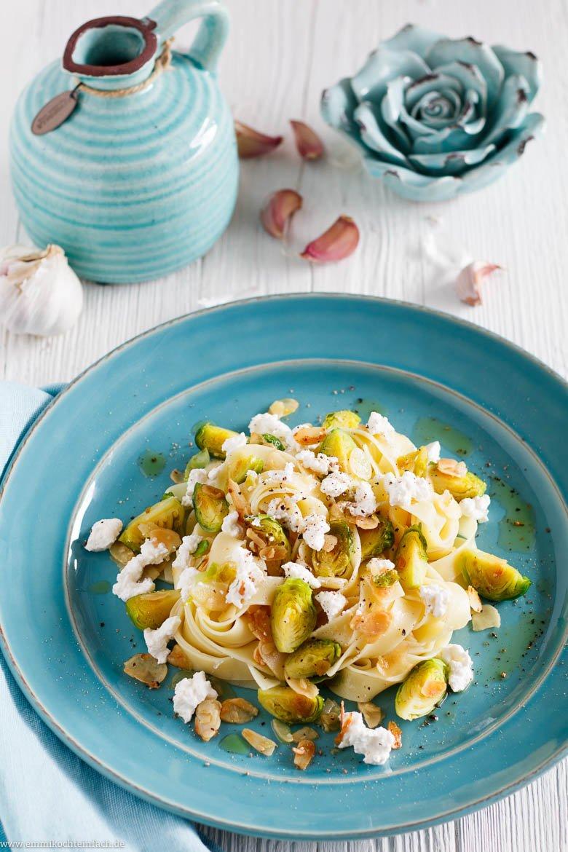 Schnelle Pasta mit Rosenkohl, Mandeln & Ricotta - www.emmikochteinfach.de