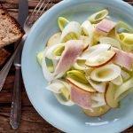 Lauchsalat mit Äpfeln und Räucherforelle - www.emmikochteinfach.de