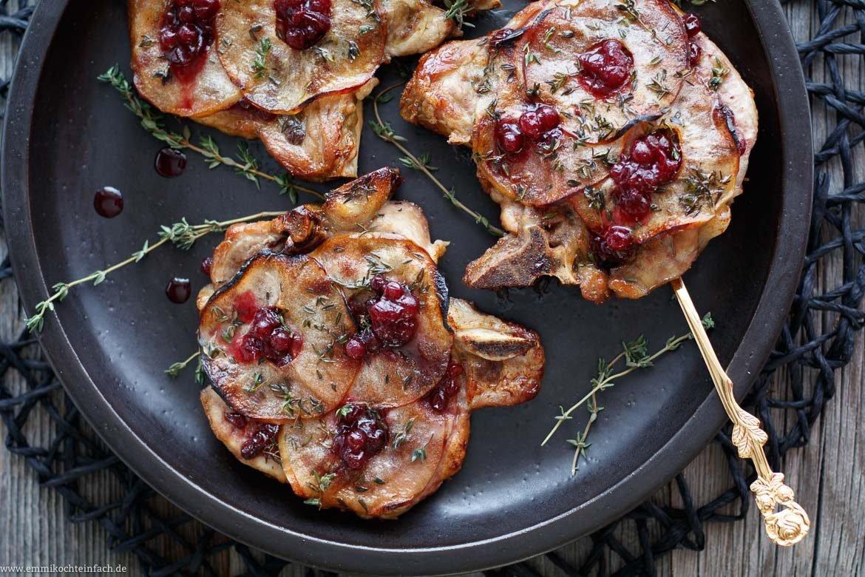 Koteletts vom Schwein mit Apfelscheiben - www.emmikochteinfach.de