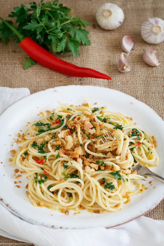 Spaghetti mit Knoblauch, Olivenöl, Chili und Brotkrumen - www.emmikochteinfach.de
