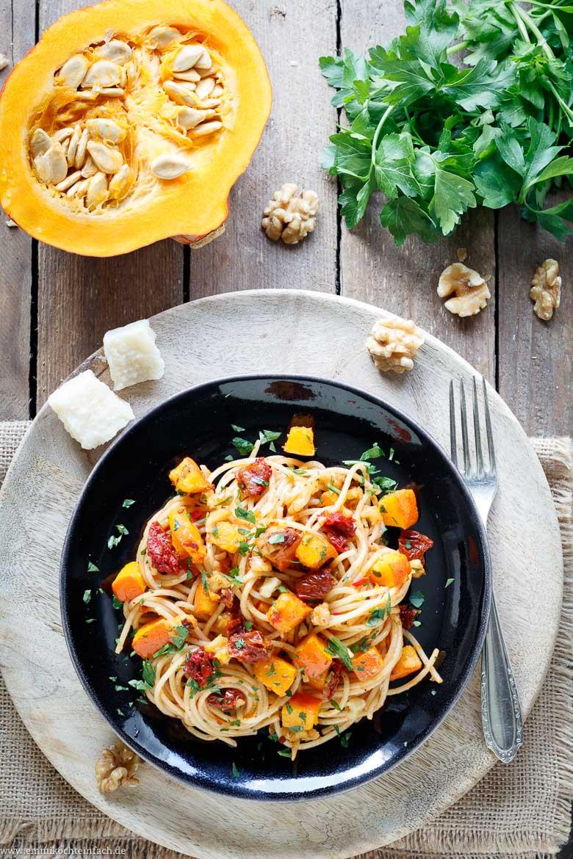 herbstliche spaghetti mit k rbis getrockneten tomaten und waln ssen emmikochteinfach. Black Bedroom Furniture Sets. Home Design Ideas