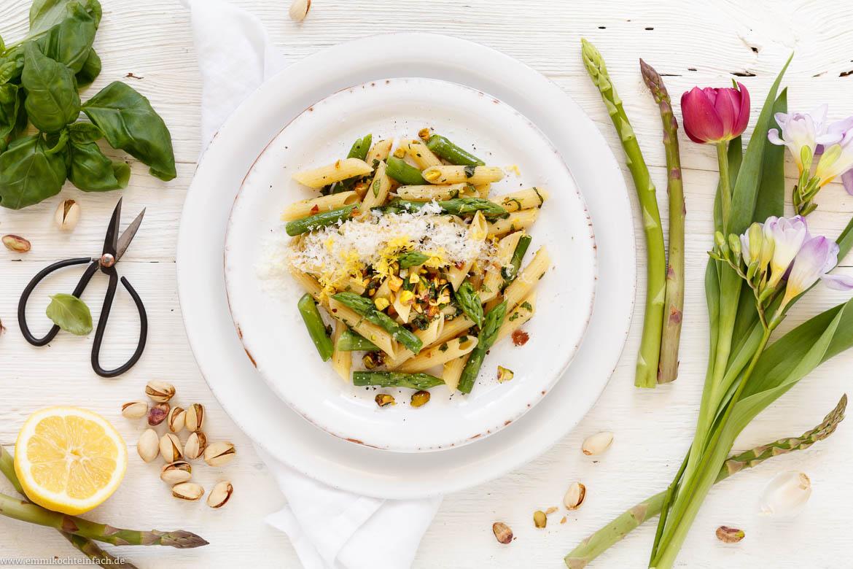 Pasta Mit Grünem Spargel Und Pistazien In Zitronen Buttersoße