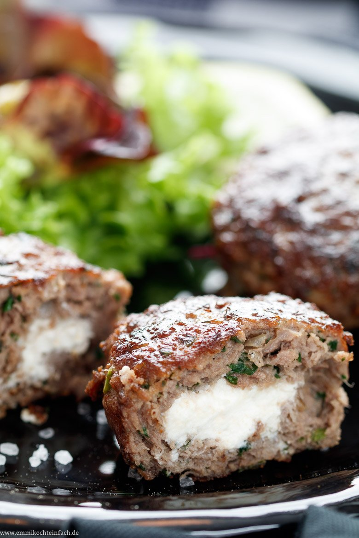 Bifteki - Griechische Frikadellen gefüllt mit Schafskäse - www.emmikochteinfach.de