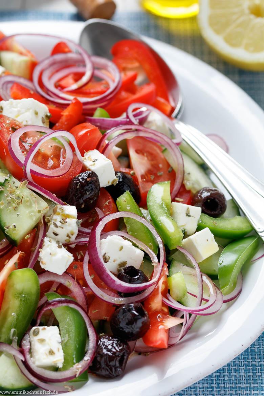 Ein leichter Salat mit frischem Gemüse, Feta und Oliven - www.emmikochteinfach.de
