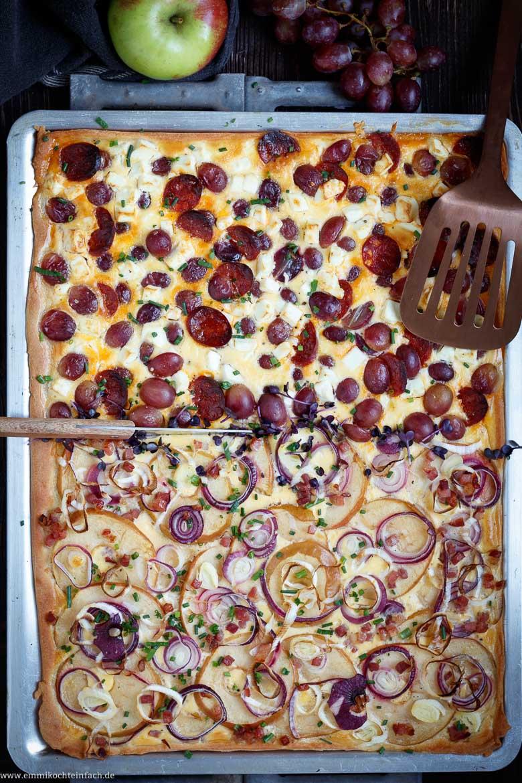 Der leckere Blechkuchen ist eine schöne Alternative zum Zwiebelkuchen - www.emmikochteinfach.de