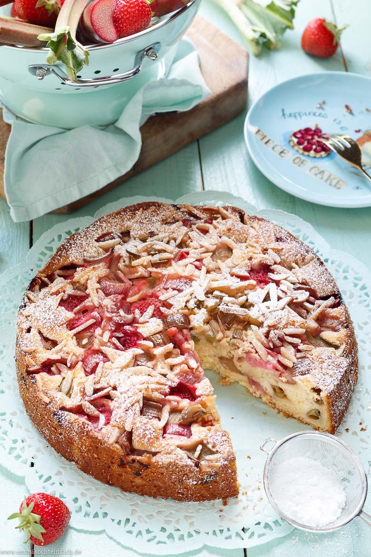 Joghurtkuchen mit Rhabarber und Erdbeeren - www.emmikochteinfach.de