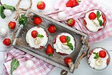 Erdbeer Joghurt Dessert mit Kokos-Konfekt - www.emmikochteinfach.de