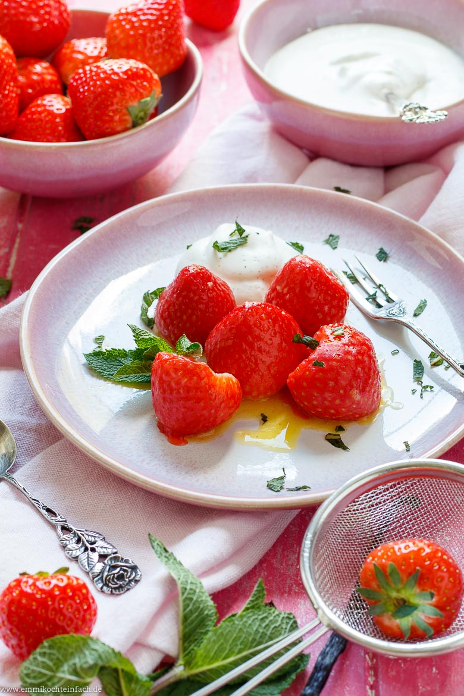 Gedünstete Erdbeeren mit Vanille Sahne - www.emmikochteinfach.de